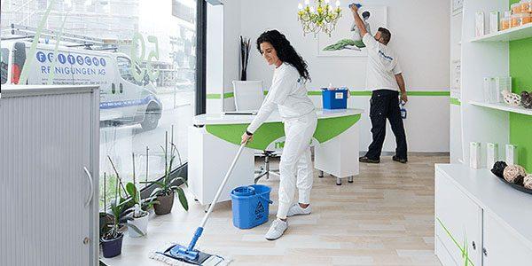 Unsere Fachleute reinigen einen Büroraum in Zürich
