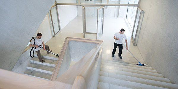 Putzfrauen pflegen das Treppenhaus